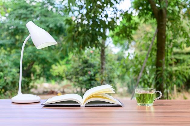Konzept des lesens von büchern und schreibtischen