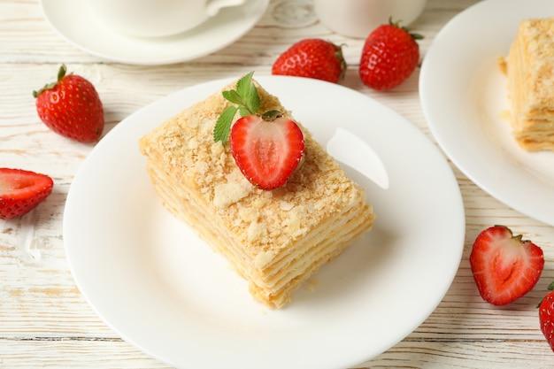 Konzept des mittagessens mit napoleon-kuchen auf weißer holzoberfläche