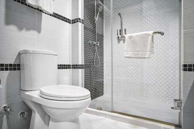 Konzept des modernen dekorationsdesigns des badezimmers für luxushotel