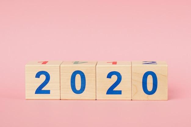 Konzept des neuen jahres 2020. holzklotzwürfel mit zahl