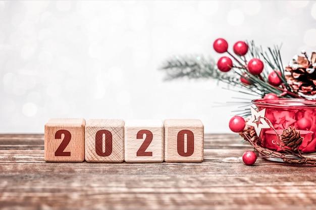 Konzept des neuen jahres 2020 mit hölzernen würfeln auf holztisch