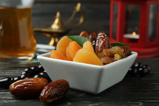 Konzept des ramadan mit essen und zubehör auf holztisch
