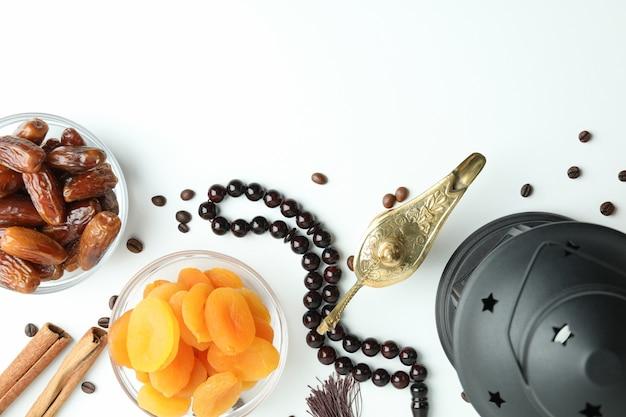 Konzept des ramadan mit lebensmitteln und accessoires auf weiß