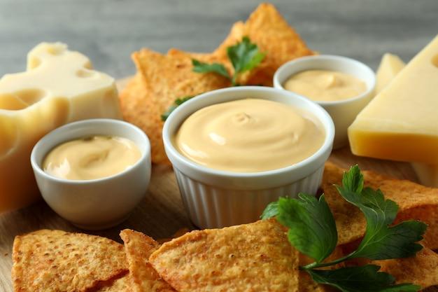 Konzept des snacks mit pommes und käsesauce, nahaufnahme