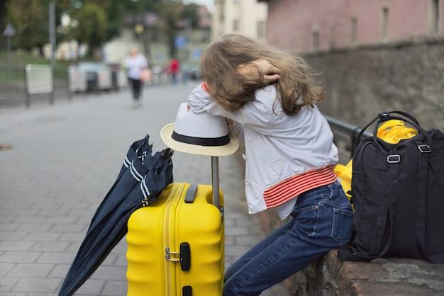 Konzept des tourismus, reisen, kleines mädchen mit gepäck