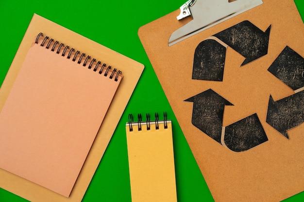 Konzept des umweltfreundlichen konsums von papierrecycling