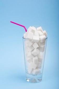 Konzept des versteckten zuckers im soda, in einer energiequelle und in den schnellen carbs.
