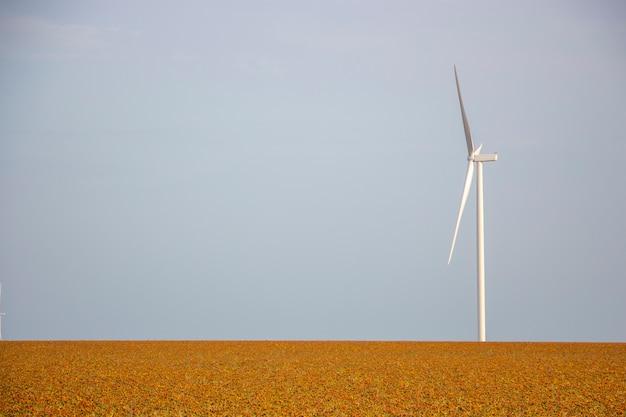 Konzept des windgenerators im feld, saubere ökologische energieerzeugung