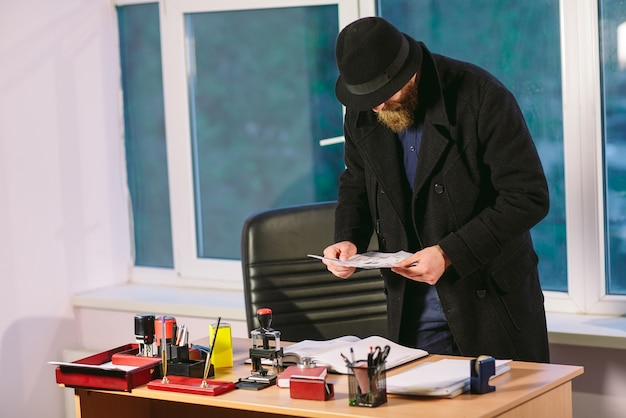 Konzept. dieb stiehlt im büro. spion im büro.