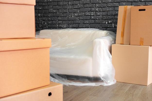 Konzept einziehen oder ausziehen. stapel kästen und verpackte möbel