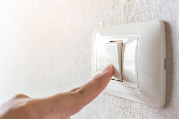 Konzept energie sparen. hand ausschalten schalter