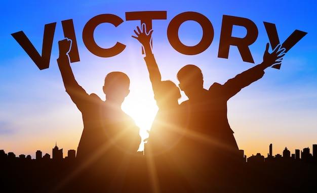 Konzept für erfolg und geschäftszielerfolg - kreative geschäftsleute mit grafischer symboloberfläche, die die belohnung der mitarbeiter für das erreichen des geschäftserfolgs zeigt