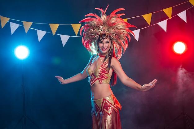 Konzept für feiertage, party, tanz und nachtleben - schöne frau für karnevalsnacht