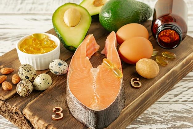 Konzept für gesunde ernährung. natürliche quellen für omega-3-säuren. gemüse, meeresfrüchte, nüsse und samen.