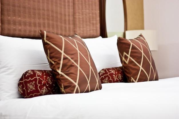Konzept für luxus und flitterwochen, kissen in einem luxushotel
