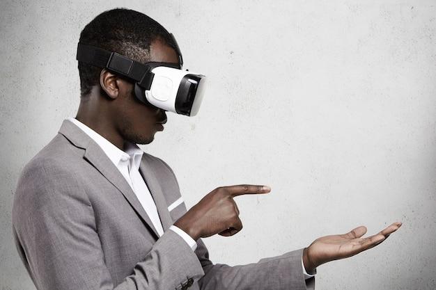 Konzept für menschen, technologie, unterhaltung und cyberspace.