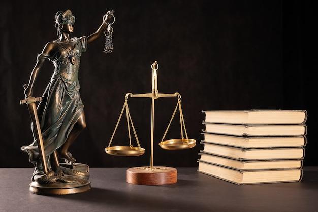 Konzept für recht und gerechtigkeit. dunkler hintergrund