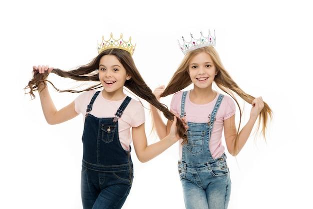 Konzept für verwöhnte kinder. egozentrische prinzessin. kinder tragen goldene kronen-symbolprinzessin. jedes mädchen, das träumt, wird prinzessin. kleine prinzessin. selbstvertrauen. führungskonzept. mädchen tragen kronen.