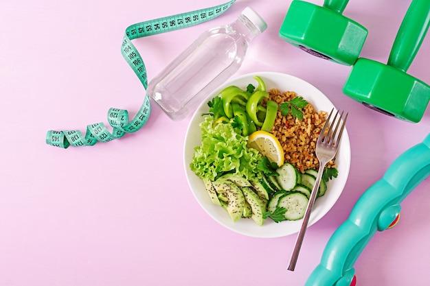 Konzept gesunde ernährung und sport lebensstil. vegetarisches mittagessen. gesundes essen. richtige ernährung. ansicht von oben. flach liegen.