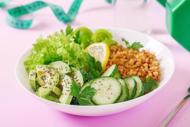 Konzept gesunde ernährung und sport lebensstil. vegetarisches mittagessen gesundes essen.