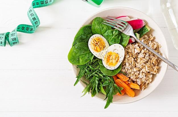 Konzept gesunde ernährung und sport lebensstil. vegetarisches mittagessen. gesundes frühstück. richtige ernährung. ansicht von oben. flach liegen.
