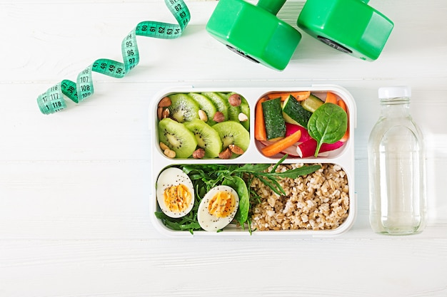 Konzept gesunde ernährung und sport lebensstil. vegetarisches mittagessen. gesundes frühstück. richtige ernährung. brotdose. ansicht von oben. flach liegen.