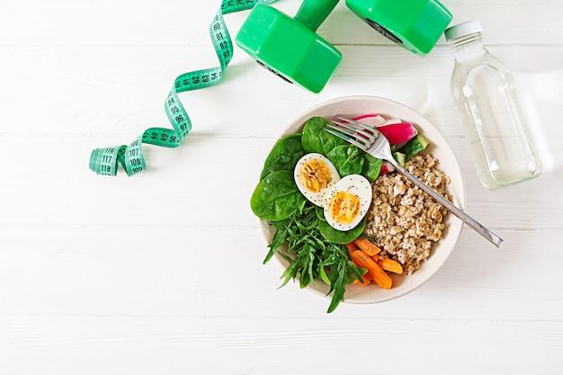Konzept gesunde ernährung und sport lebensstil. vegetarisches mittagessen. gesundes frühstück. richtige ernährung. . flach liegen.
