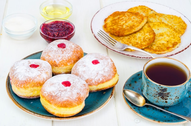Konzept jüdischer feiertag chanukka. traditionelle lebensmittel donuts und kartoffeln pfannkuchen latkes.