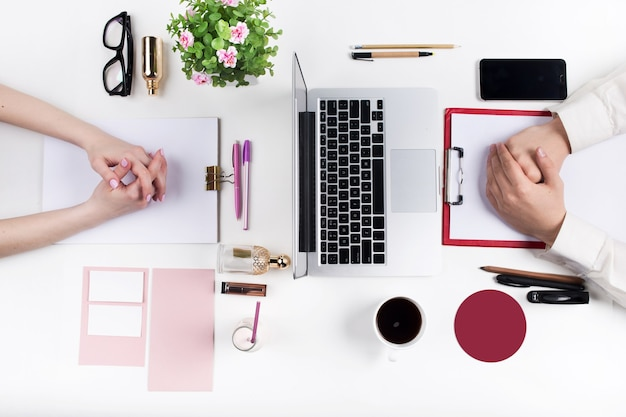 Konzept komfortabler männlicher und weiblicher arbeitsplätze. gadgets auf dem weißen schreibtisch