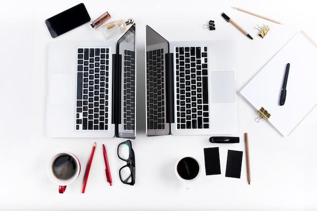Konzept komfortabler männlicher und weiblicher arbeitsplätze. stilvolle gadgets auf dem weißen schreibtisch.