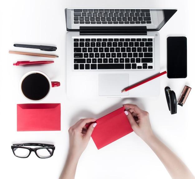 Konzept komfortabler weiblicher arbeitsplätze. gadgets auf dem weißen schreibtisch