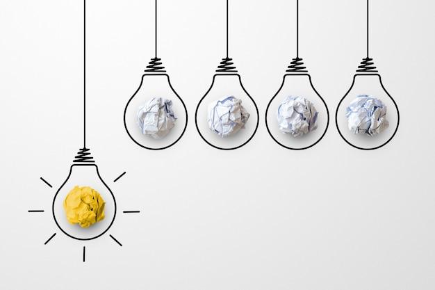 Konzept kreative idee und innovation. papierschrottball gelbe farbe hervorragende andere gruppe mit glühbirnensymbol