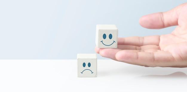 Konzept kreative idee und innovation. würfelblock in der hand mit symbol