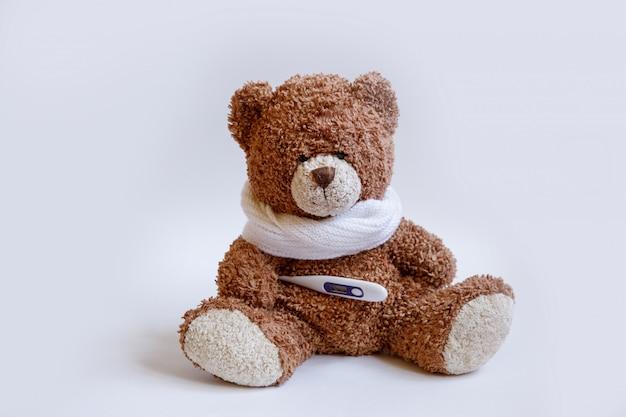Konzept teddybär kinderkrankheiten auf weißem hintergrund
