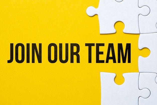 Konzept tritt dem team mit den fehlenden teilen im puzzle bei.