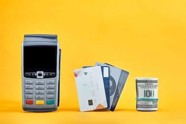 Konzept von bargeld gegen banküberweisungen mit hundert-dollar-scheinen und kreditkarten