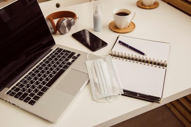 Konzept von desktop-notizbuch und stift