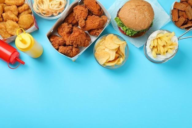 Konzept von fast food auf blauem hintergrund