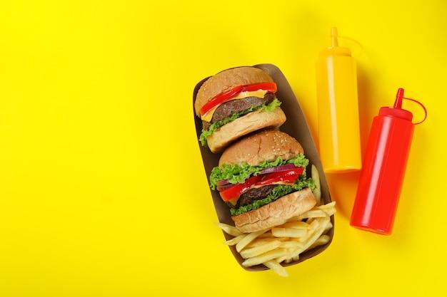 Konzept von fast food auf gelbem hintergrund