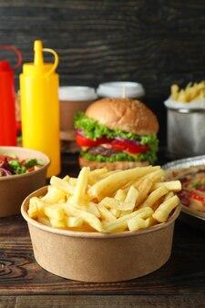 Konzept von fast food auf holztisch