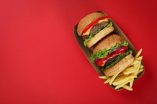 Konzept von fast food auf rotem hintergrund