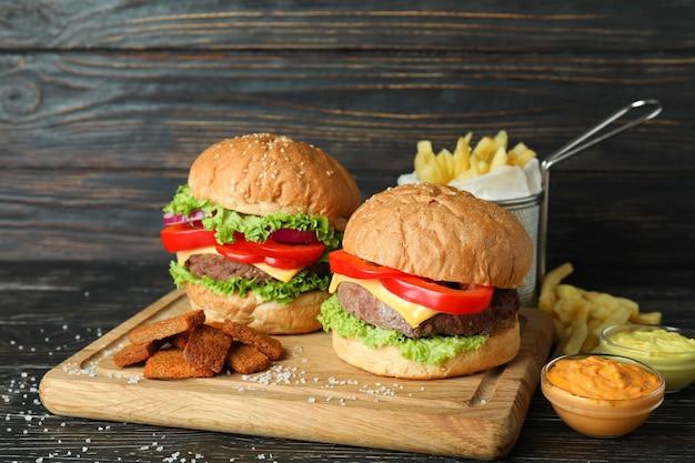 Konzept von fast food auf rustikalem holztisch