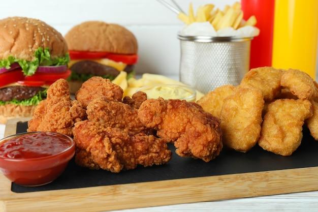 Konzept von fast food auf weißem holztisch
