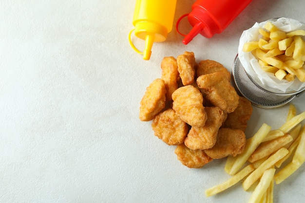 Konzept von fast food auf weißem strukturiertem tisch