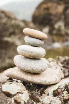 Konzept von gleichgewicht und harmonie. felsen an der küste in der natur