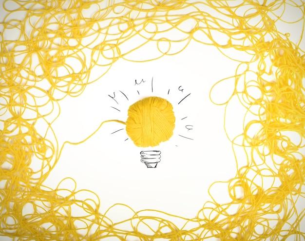 Konzept von idee und innovation mit gewirr aus wollgarn