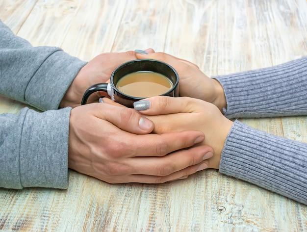 Konzept von männlichen und weiblichen händen, liebe und kaffee