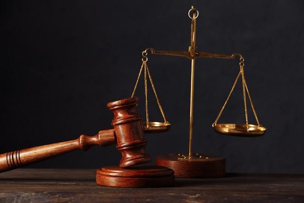 Konzept von recht und gerechtigkeit. anwaltskanzlei. richterhammer, waage, holztisch