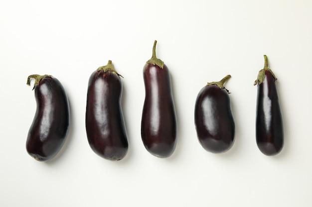 Konzept von rohem gemüse mit auberginen auf weiß