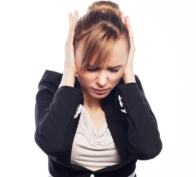 Konzept von sorgen, schock, angst. geschäftsfrau erschrocken halten hand auf kopf. auf weißem hintergrund isoliert